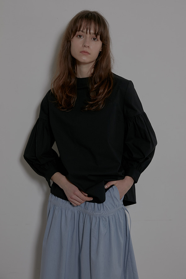 (가장 보통의 연애 공효진 착용) STAND COLLAR SHIRRING SLEEVE SHIRT - BLACK